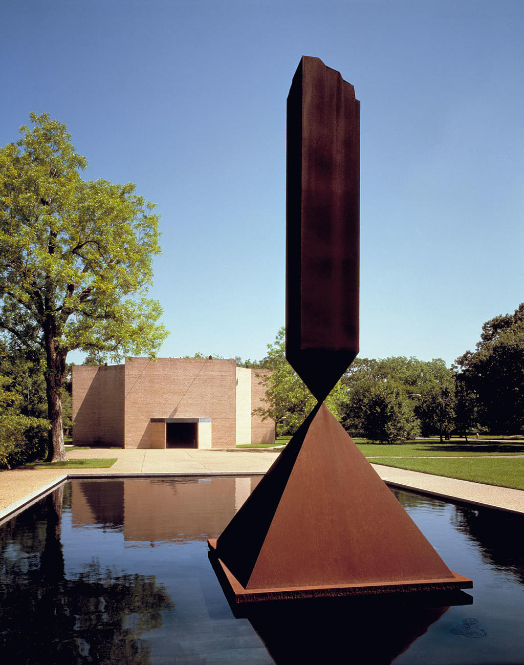 Rothko-kapellet, eksteriør med Barnett Newmans skulptur «The Broken Obelisk». Foto: Hickey-Robertson. the Rothko chapel, Houston